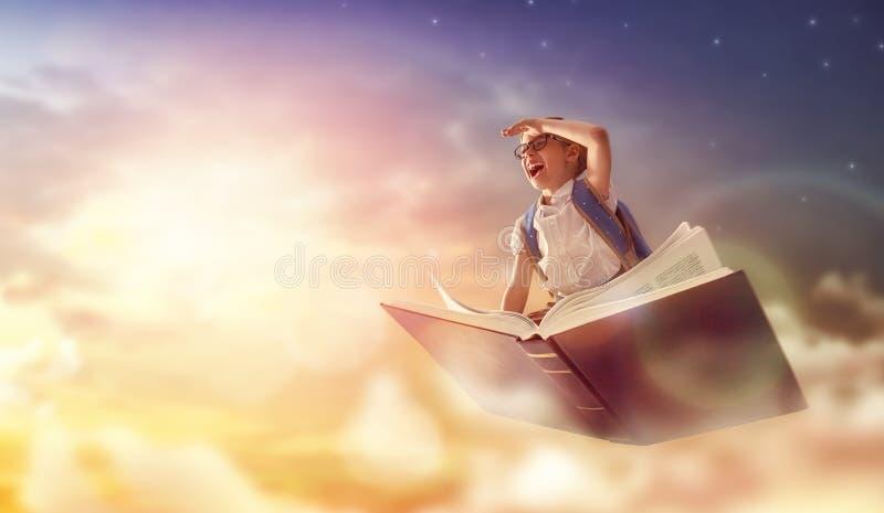 Летание ребенка на книге стоковые фотографии rf