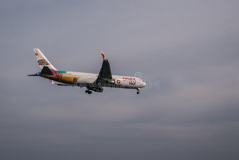 Летание самолета в облачном небе стоковое фото