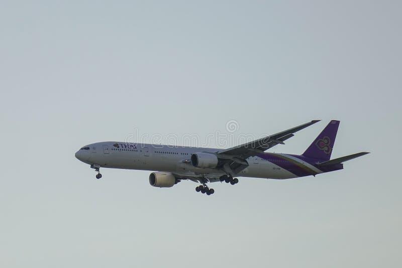 Летание самолета пассажира в воздухе стоковые изображения
