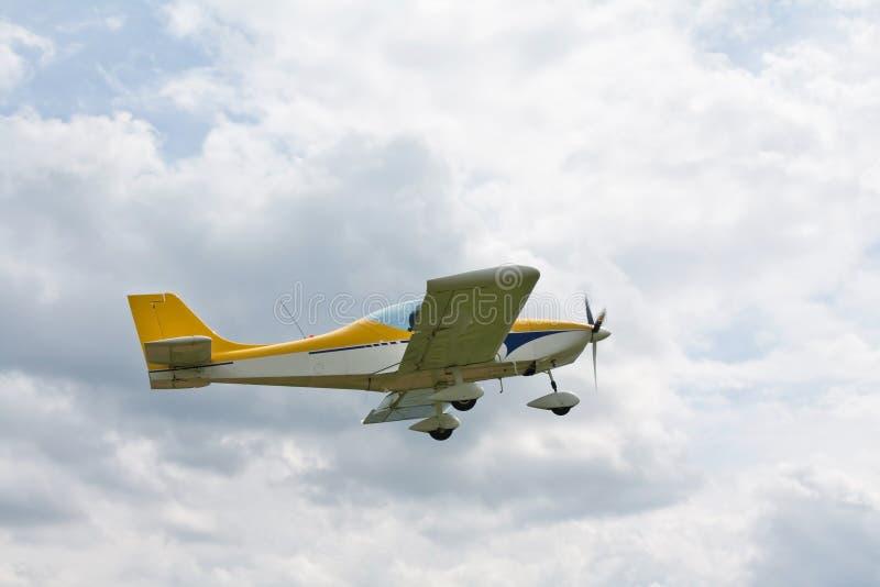 Летание самолета пропеллера стоковое изображение