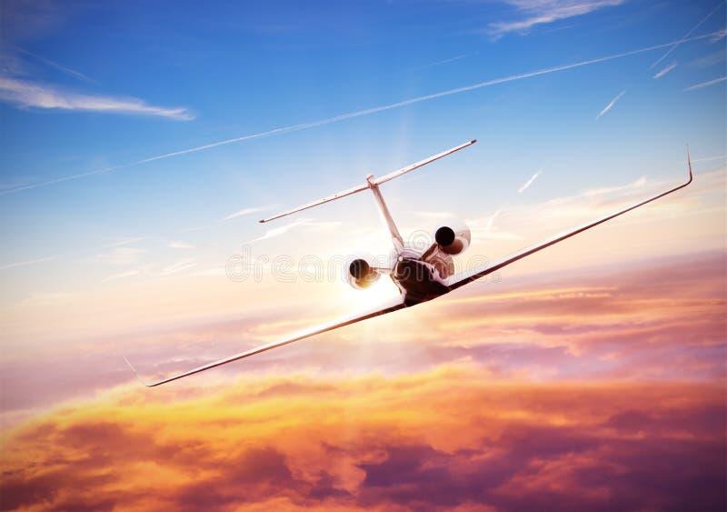 Летание самолета частного самолета над облаками стоковая фотография rf