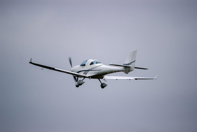 летание сини плоское против голубого неба стоковое изображение