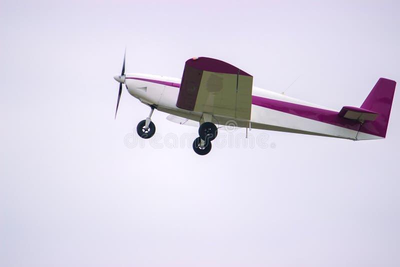 летание сини плоское против голубого неба стоковое фото rf