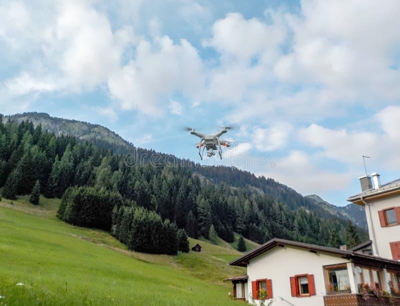 Летание трутня в ландшафте горы стоковое изображение rf