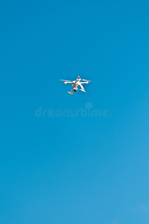 Летание трутня в голубом небе стоковая фотография rf