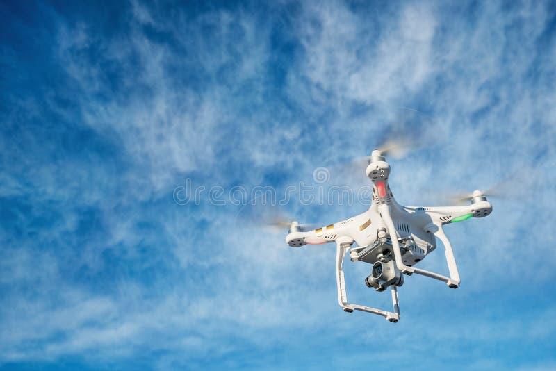 Летание трутня с видеокамерой 4K стоковые фото