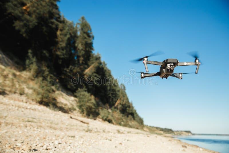 Летание трутня DJI Mavic Pro над ландшафтом леса стоковые фотографии rf