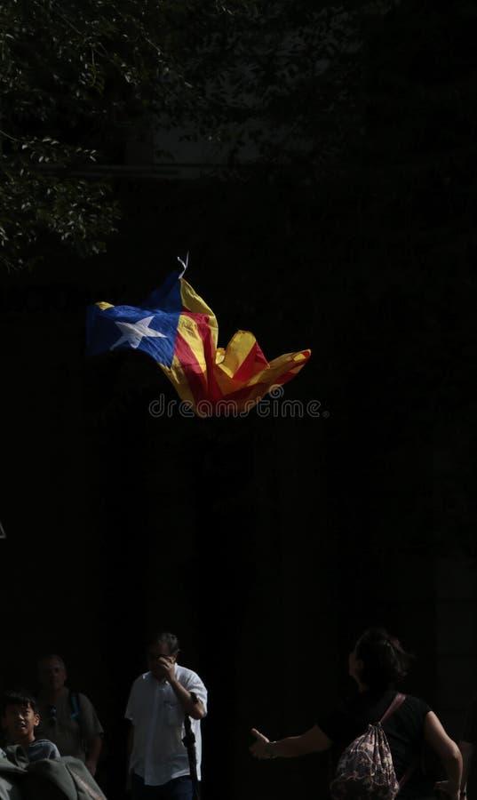 Летание флага Estelada в Барселоне через день после референдума независимости стоковая фотография rf