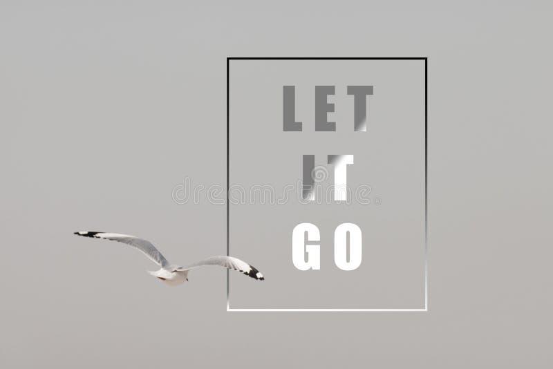 Летание чайки среди на неба с вдохновляющей цитатой - воодушевляя творческой мотивацией стоковые фотографии rf