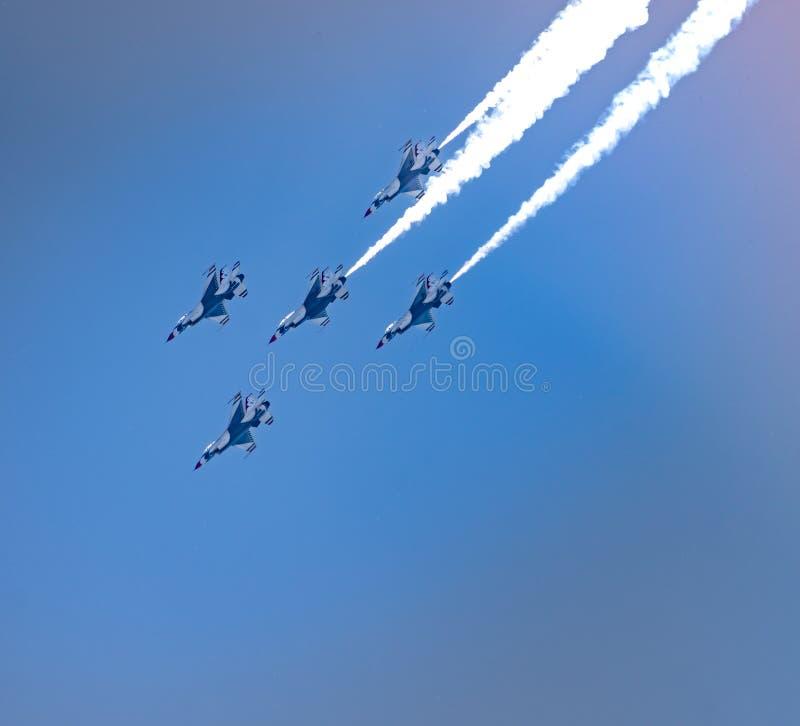 Летание 5 F-16s военновоздушной силы США в образовании x стоковые фото