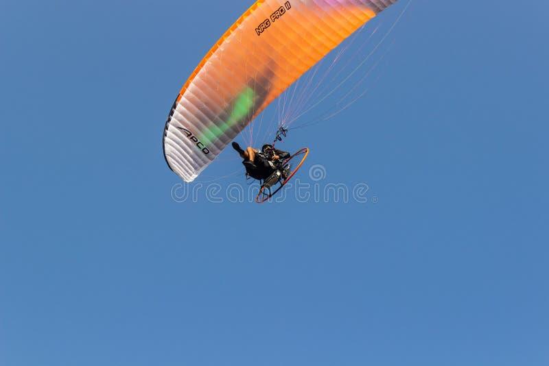 Летание Paramotoring в небе стоковая фотография rf