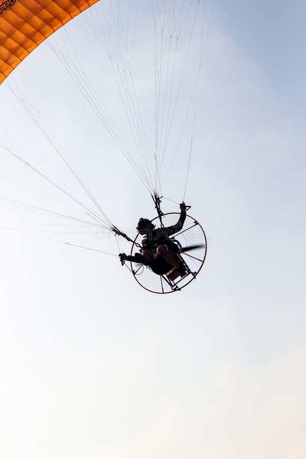 Летание Paramotoring в небе стоковые изображения rf