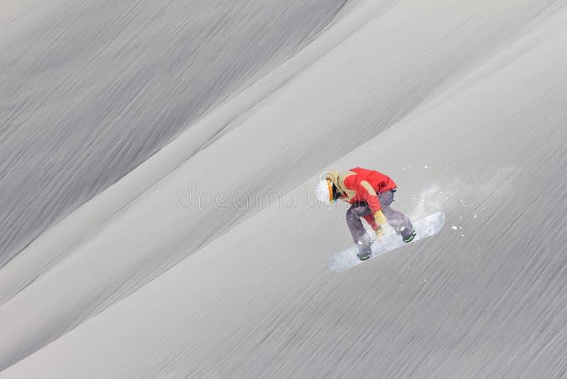 Летание Snowboarder на предпосылке снежного наклона Весьма спорт зимы, сноубординг стоковая фотография rf