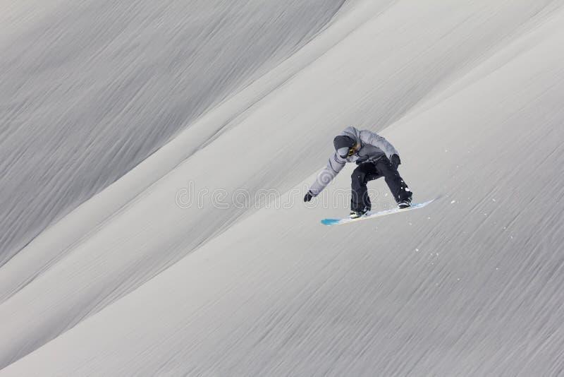 Летание Snowboarder на предпосылке снежного наклона Весьма спорт зимы, сноубординг стоковая фотография
