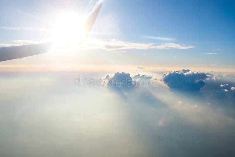 Летать высоко к небу стоковые изображения