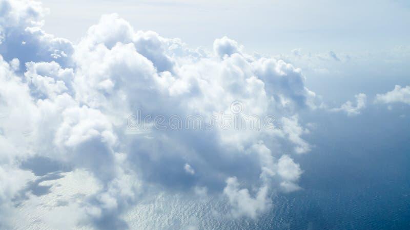 Летать высоко над облаками над Атлантика стоковые изображения