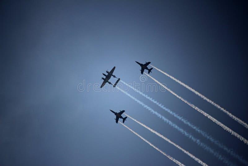 Летать в молнию и бойцов Lockheed P-38 образования стоковое фото rf