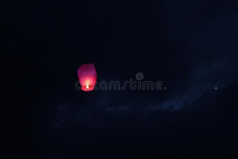 Летать в фонарик огня неба бумажный стоковое изображение