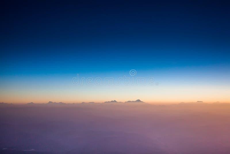 Летать над горами Кавказа стоковое изображение