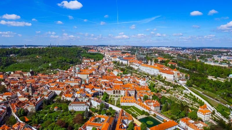 Летать над городом подвига Праги Исторические старые готические здания в Чехии стоковая фотография