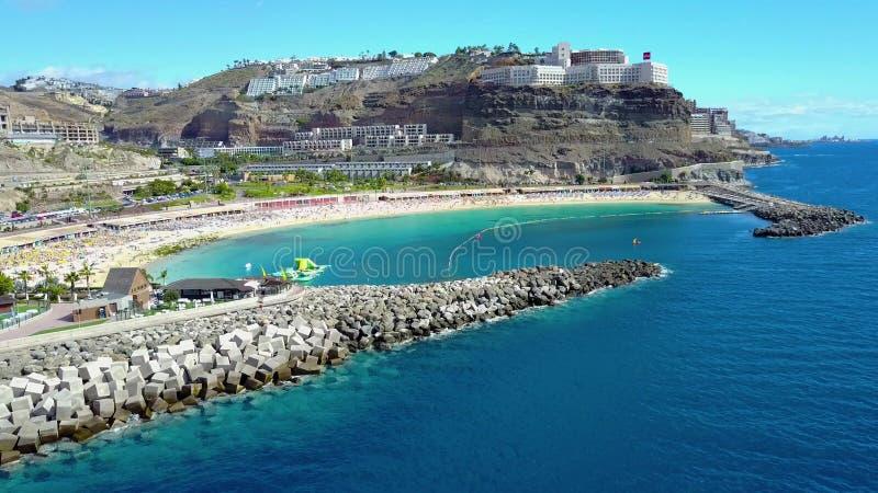 Летать над красивым пляжем Amadores на Gran Canaria акции видеоматериалы