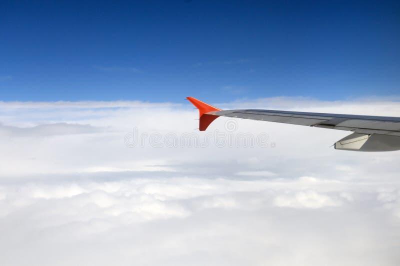 Летать над облаками в плоскости  стоковая фотография rf