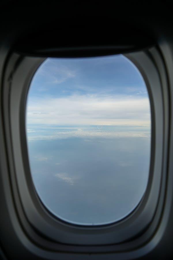 Летать на самолет видя свет красивого восхода солнца мягкий на абстрактных белых облаке и тенях подкрашиванной предпосылки голубо стоковое изображение rf