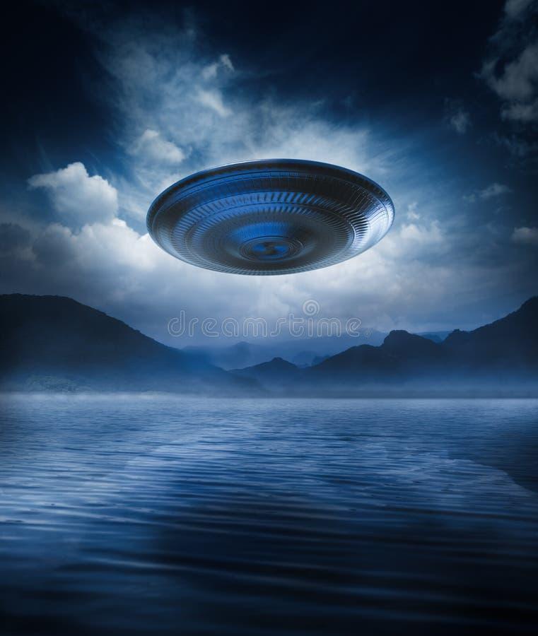 Летающая тарелка на озере бесплатная иллюстрация