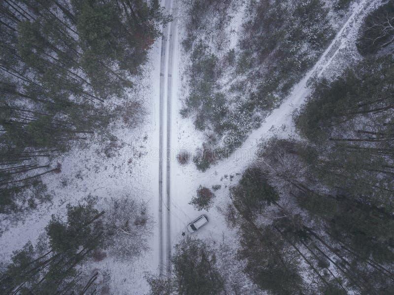 Летите с трутнем над сказами зимы со снегом стоковые фотографии rf