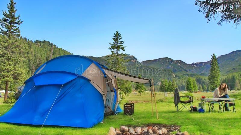 Летнее время располагаясь лагерем в горах стоковые фото
