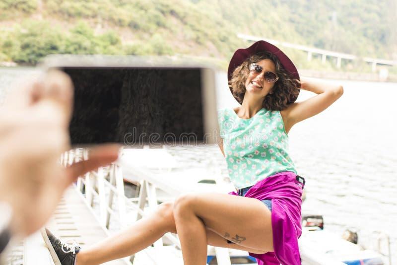 Летние каникулы девушки становить стоковые фотографии rf