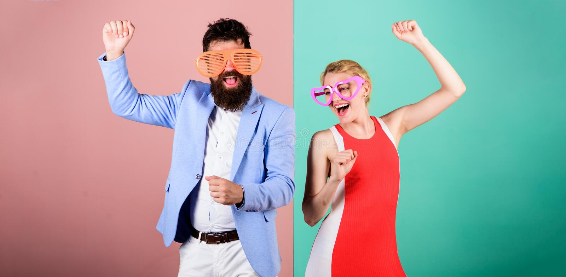 Летние каникулы и мода Frienship счастливых человека и женщины H стоковые фотографии rf
