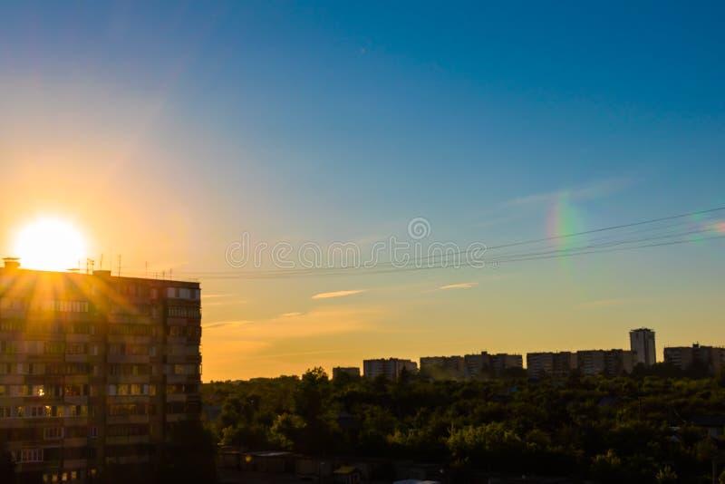 Летний день захода солнца на предпосылке дома города стоковое фото rf