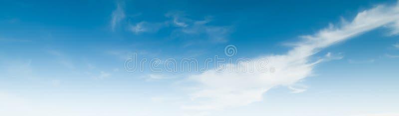 Летний день атмосферы красоты неба ясный стоковое фото