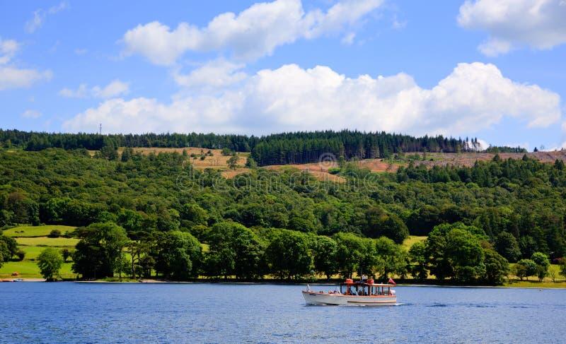 Летний день голубого неба Англии Великобритании района озера городка Coniston прогулочного катера стоковое фото