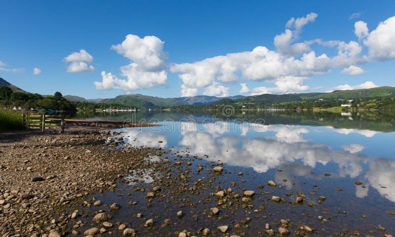 Летний день голубого неба Cumbria Англии Великобритании Ullswater района озера красивый все еще с отражениями стоковые фото