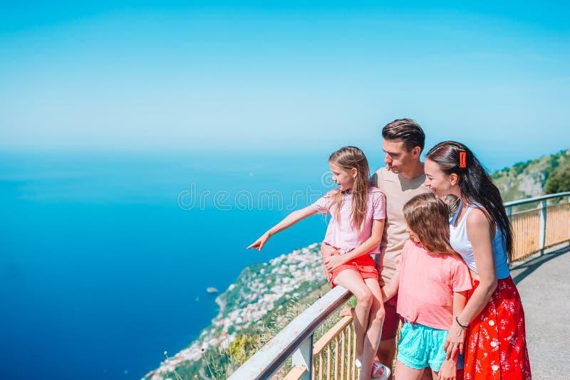 Летний отпуск в Италии Молодая семья из четырех человек на предпосылке, побережье Амальфи, Италии стоковые фото