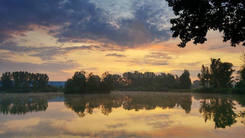 Летний рассвет с отражением стоковое изображение rf