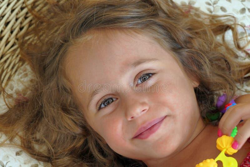4 - летняя девушка смотрит ее мать стоковые изображения rf