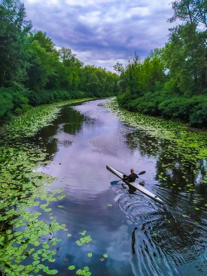 Летняя река с каяком стоковое фото rf