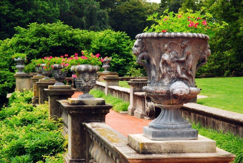 Летом в греческом стиле урны украшают террасу стоковое изображение