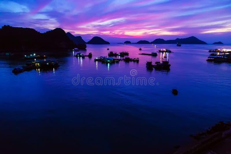 лето восхода солнца плавания и захода солнца Залив Ha длинный, остров ба кота, Вьетнам стоковое фото rf