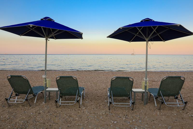 Лето выравнивая зонтики и sunbeds на красивом пляже Skala острова Kefalonia, Ionian моря, Греции стоковые фото