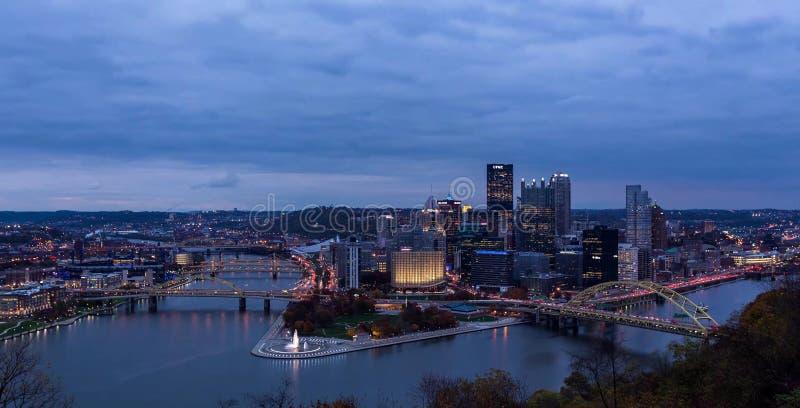 Лето выравнивая панораму городского Питтсбург, Пенсильвании стоковое фото