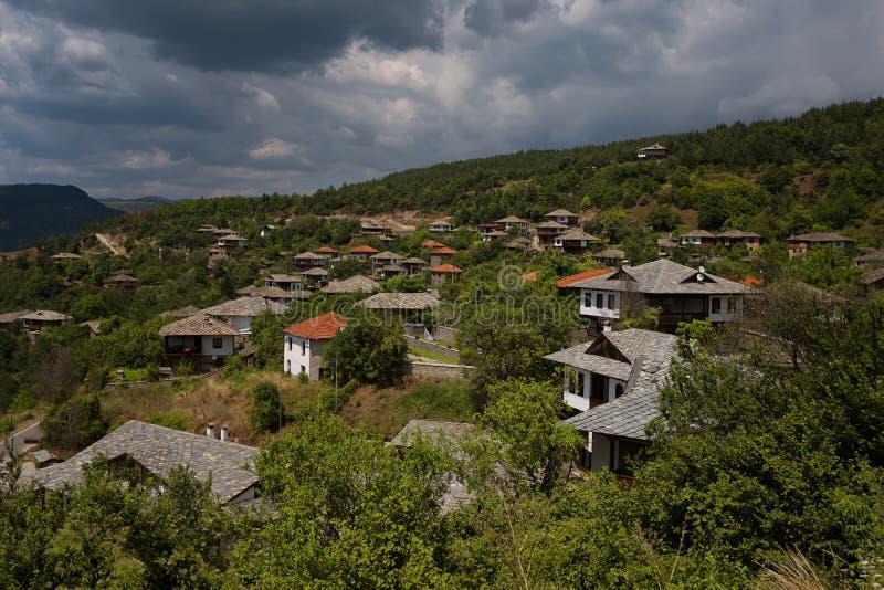 Лето вдоль улиц деревни Leshten, Болгарии стоковая фотография