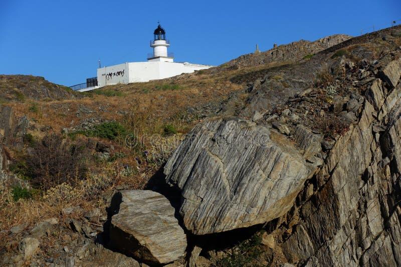 Лето: маяк накидки крестов в Испании с голубым морем стоковая фотография rf