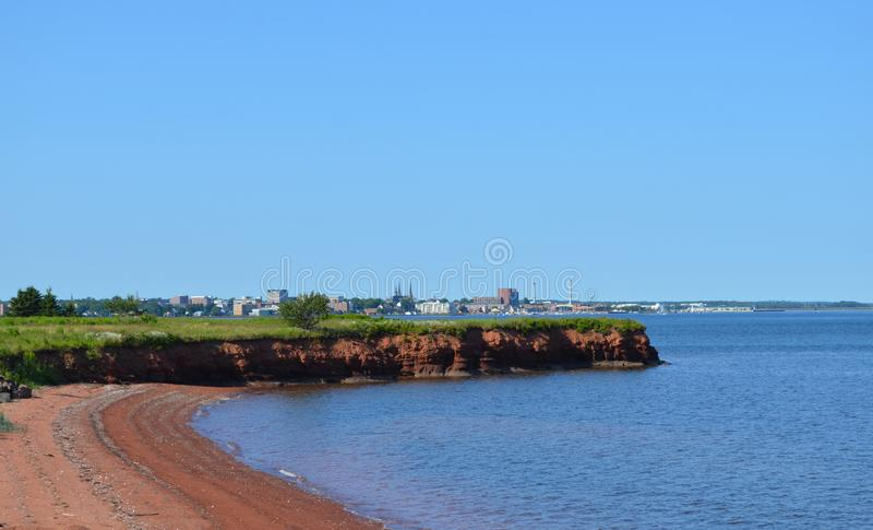 Лето на Острове Принца Эдуарда: Взгляд через гавань Charlottetown от скалистого пункта стоковое фото rf