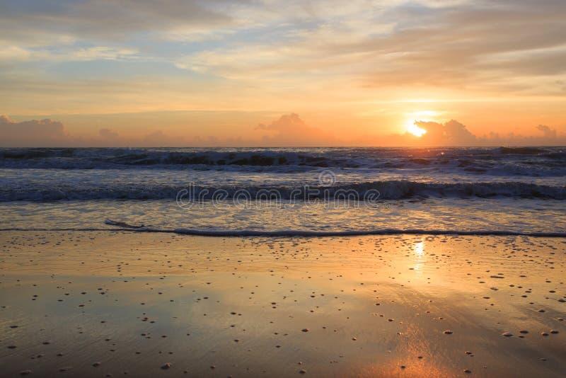 Лето на предпосылке пляжа, небо красивого восхода солнца драматическое стоковое изображение