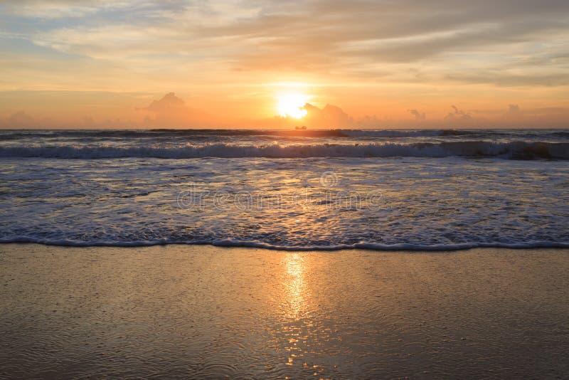 Лето на предпосылке пляжа, небо красивого восхода солнца драматическое стоковая фотография rf