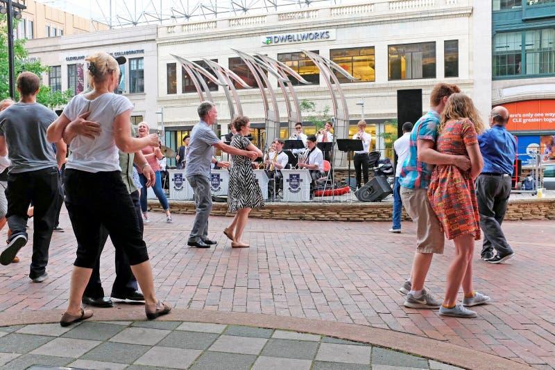 Лето поет танцы в u S Площадь банка в городском Кливленд, Огайо, США стоковое фото rf